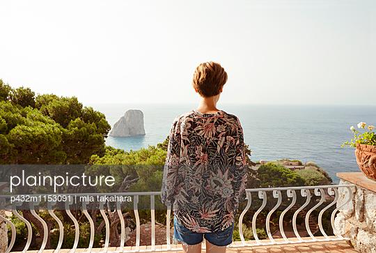 Frau blickt aufs Meer - p432m1153091 von mia takahara
