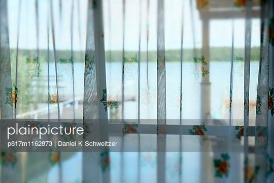 Fenster zum See - p817m1162873 von Daniel K Schweitzer