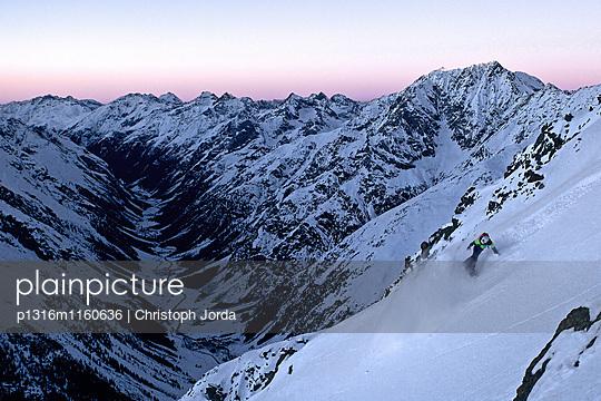 Junger Snowboarder fährt einen steilen Hang herunter, Pitztal, Tirol, Österreich - p1316m1160636 von Christoph Jorda