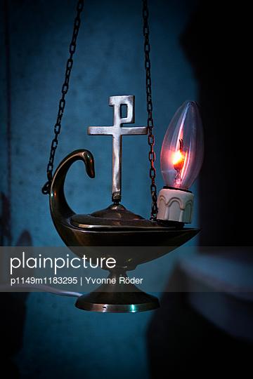 Leuchte mit Christusmonogramm - p1149m1183295 von Yvonne Röder