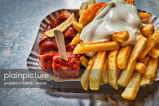 Currywurst mit Pommes und Majo - p1243m1154805 von Archer