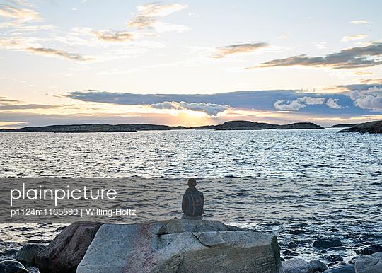 Frau blickt aufs Meer - p1124m1165590 von Willing-Holtz