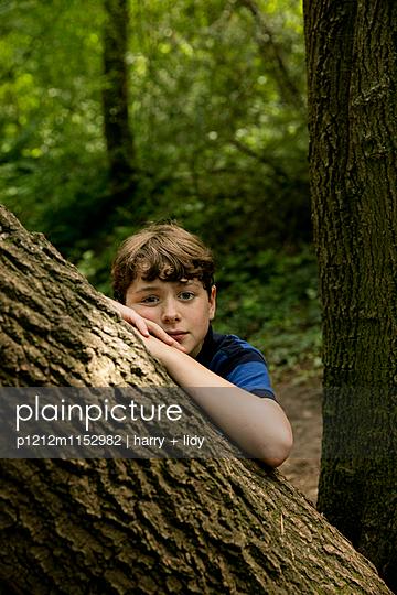 Junge im Wald - p1212m1152982 von harry + lidy
