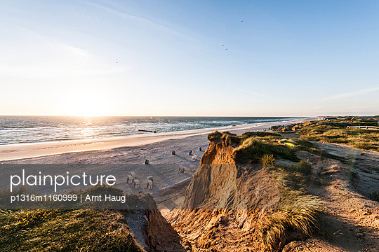 Blick vom Roten Kliff über Strand mit Strandkörben im Sonnenuntergang, Kampen, Sylt, Schleswig-Holstein, Deutschland - p1316m1160999 von Arnt Haug
