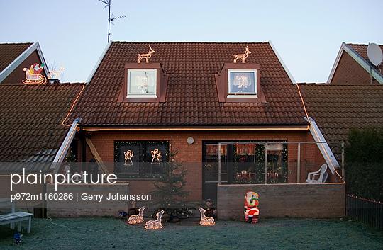 Weihnachtsdekoration an einem Reihenhaus - p972m1160286 von Gerry Johansson