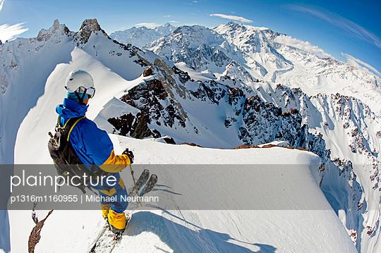 Skifahrer vor der Abfahrt von einem Gletscher, Puma Lodge, Region Araukanien, Chile - p1316m1160955 von Michael Neumann