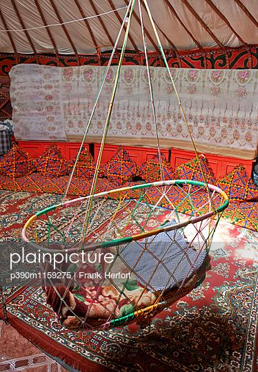 Hängebett für Babys in einer Jurte  - p390m1159275 von Frank Herfort
