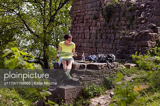 Wanderpause - p117m1158965 von Katja Nitsche