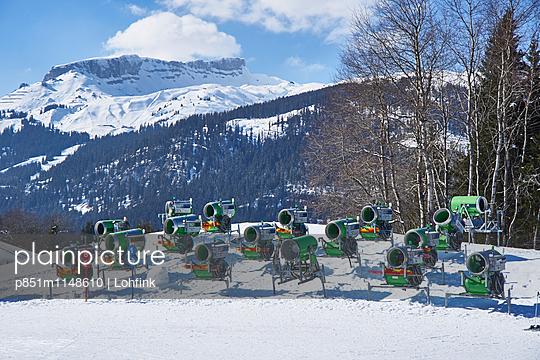 Schneekanonen im Wintersportgebiet - p851m1148610 von Lohfink
