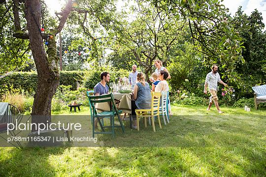 Freunde auf einer Gartenparty - p788m1165347 von Lisa Krechting