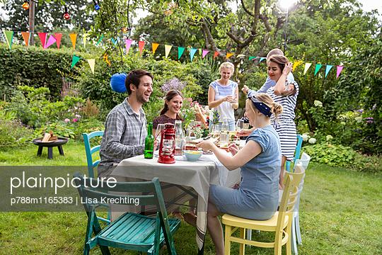 Freunde auf einer Gartenparty - p788m1165383 von Lisa Krechting