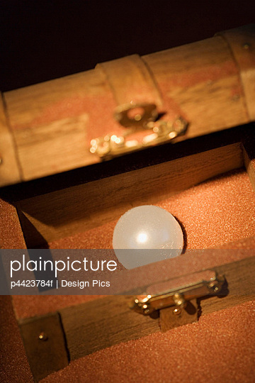 Pearl in a wooden box