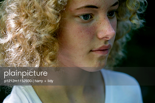 Portrait eines Mädchens - p1212m1152930 von harry + lidy