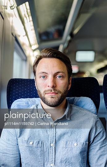 Porträt Mann im  Zug - p1114m1159742 von Carina Wendland