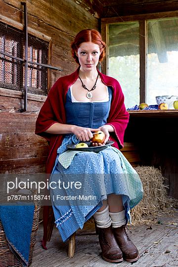 Frau in einer Holzhütte - p787m1158741 von Forster-Martin