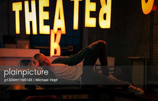 Junger Mann in cooler Pose stützt den Kopf auf eine Hand - p1324m1165145 von michaelhopf