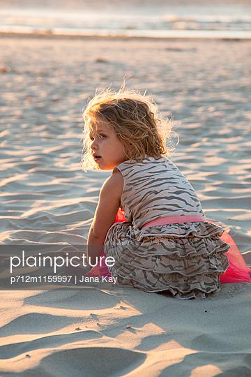 Kleines Mädchen am Strand - p712m1159997 von Jana Kay