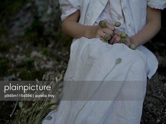 Mädchen sammelt Mohnblumen - p945m1154594 von aurelia frey