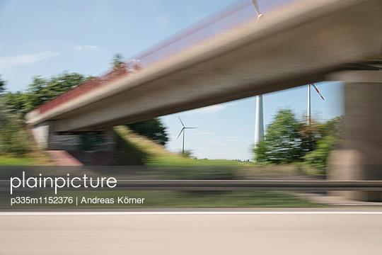 Autobahnbrücke verschwommene Sicht - p335m1152376 von Andreas Körner
