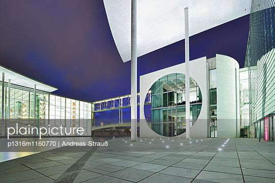 Paul Löbe-Haus und Marie-Elisabeth Lüders-Haus an der Spree, beleuchtet, Architekt Stephan Braunfels, Berlin, Deutschland - p1316m1160770 von Andreas Strauß