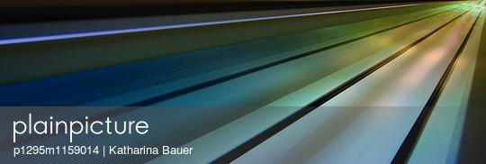 Rolltreppe in Bewegung - p1295m1159014 von Katharina Bauer