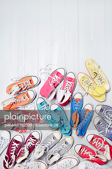 bunte Sneaker - p464m1152338 von Elektrons 08
