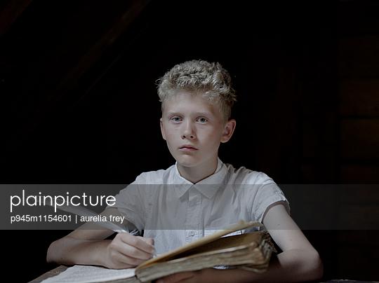 Blonder Junge macht Hausaufgaben - p945m1154601 von aurelia frey