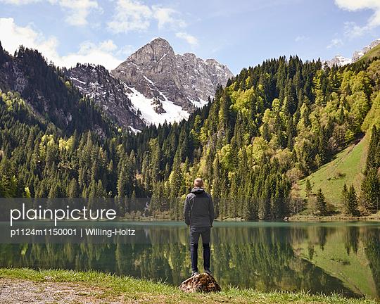 Mann blickt auf Bergsee in den Französischen Alpen - p1124m1150001 von Willing-Holtz