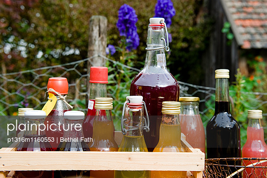 Saft und Sirup in Flaschen, Selbstgemachtes, Garten - p1316m1160553 von Bethel Fath