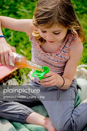 Mädchen beim Picknick - p1212m1145991 von harry + lidy
