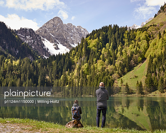 Paar blickt auf Bergsee in den Französischen Alpen - p1124m1150000 von Willing-Holtz