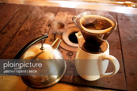 Kaffee kochen wie früher ohne Strom - p897m1152818 von MICK