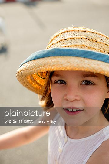 Portrait Mädchen mit Strohhut - p1212m1145899 von harry + lidy