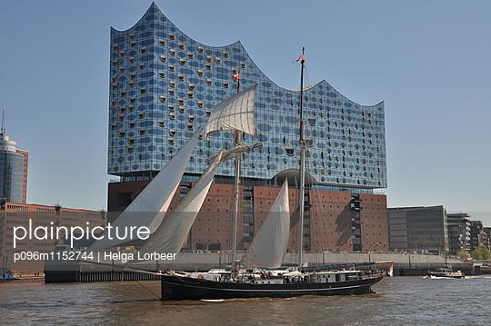 Elbphilharmonie am Hafengeburtstag - p096m1152744 von Helga Lorbeer