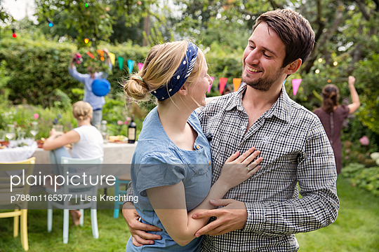 Junges Paar im Garten - p788m1165377 von Lisa Krechting