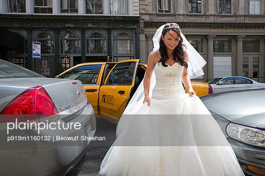Braut kommt an - p919m1160132 von Beowulf Sheehan