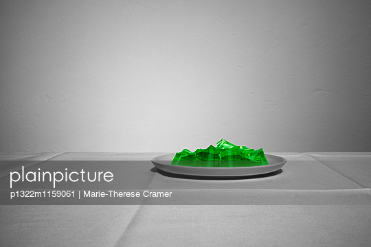 Ein fast aufgegessener Wackelpudding auf einem Teller - p1322m1159061 von Marie-Therese Cramer