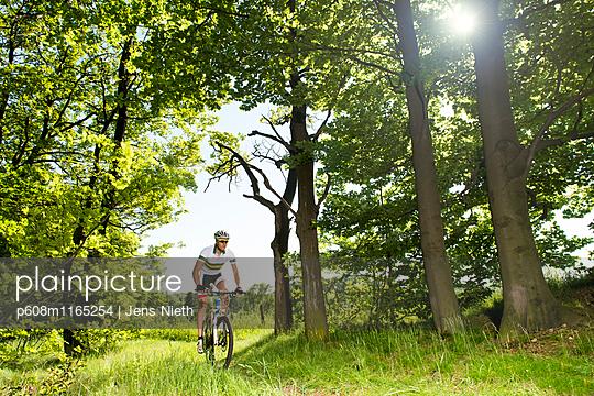 Mountainbike - p608m1165254 von Jens Nieth