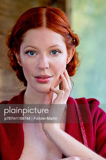 Frau mit Flechtfrisur - p787m1158744 von Forster-Martin