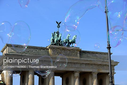 Seifenblasen am Pariser Platz mit Brandenburger Tor, Berlin, Deutschland - p1316m1160900 von Thomas Stankiewicz