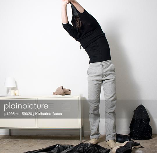 Mann zieht sich aus - p1295m1159020 von Katharina Bauer