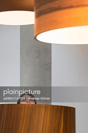 Frau im Lampenladen - p335m1147010 von Andreas Körner