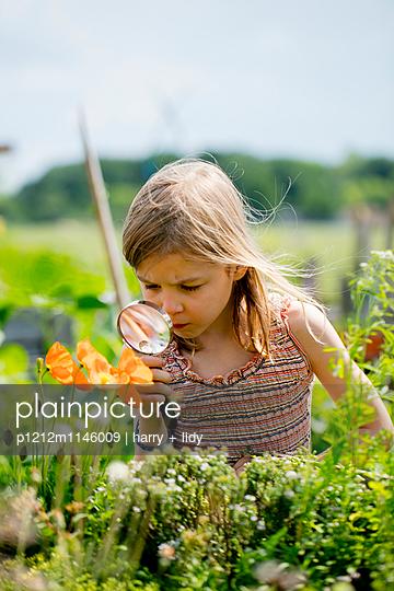 Mädchen mit Lupe im Garten - p1212m1146009 von harry + lidy