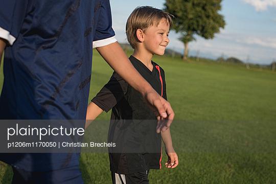 Kleiner Junge auf dem Fußballplatz - p1206m1170050 von Christian Brecheis