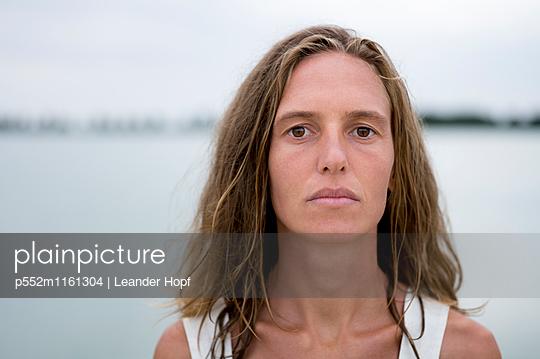 Porträt einer jungen Frau - p552m1161304 von Leander Hopf