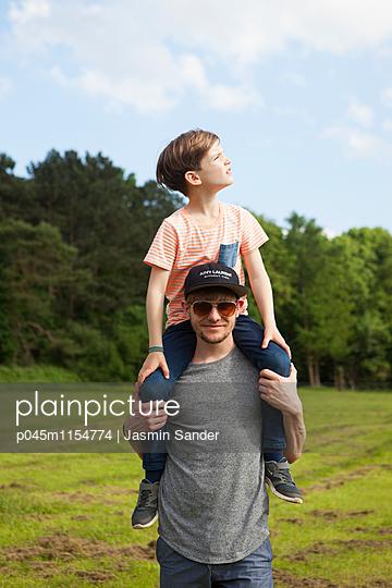 Kind wird auf Schultern getragen - p045m1154774 von Jasmin Sander