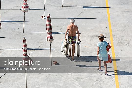 Zwei Urlauber am Strand - p1292m1169359 von Niels Schubert