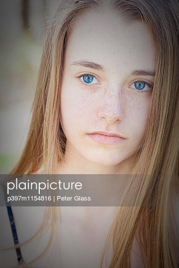 Teenager mit Sommersprossen - p397m1154816 von Peter Glass