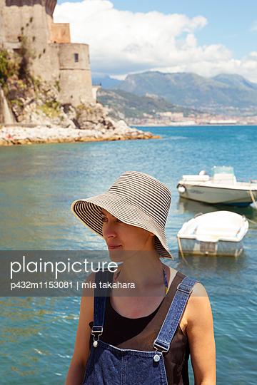 Frau mit Hut am Strand - p432m1153081 von mia takahara