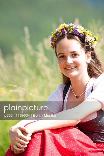 Mädchen mit Blumenschmuck - p533m1169634 von Böhm Monika